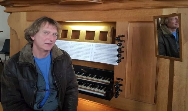 Toon Hagen bij het orgel van de Lutherse kerk (foto: Alie de Vries)