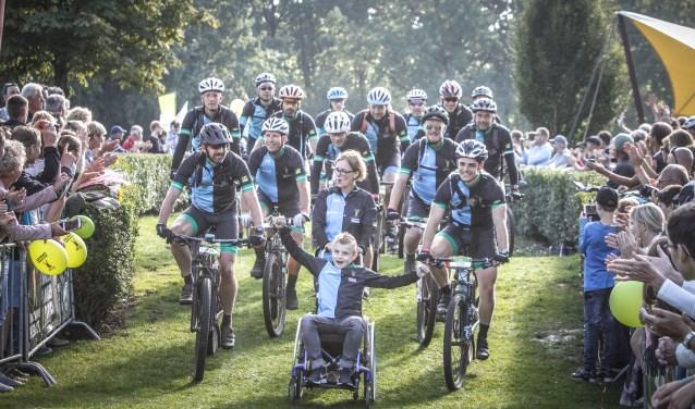 De laatste 200 meter fietsen de kinderen mee die dat kunnen. Geduwd door hun team fietsen zij over de finish. Die glunderende gezichten, daar doe je het voor.' FOTO: Archief Duchenne Heroes