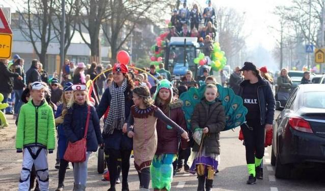 Een bonte stoet trekt donderdag door Overdinkel: tijd voor de tiende carnavalsoptocht.