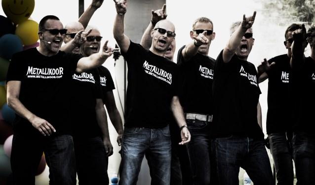 Zaterdag 3 februari collecteert de Hersenstichting in het centrum van Waalwijk. Daarbij zorgen het Metallikoor en drie duo's onder leiding van Franki Münninghoff voor stevige rock en metal noten. Foto: Franki Münninghoff