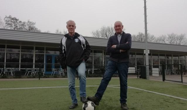 Ruud van Essen (l) en Hans van Vugt (r) organiseren Walking Football, voetbal voor 60-plussers op iedere woensdagmiddag.  FOTO: Marcel Bos