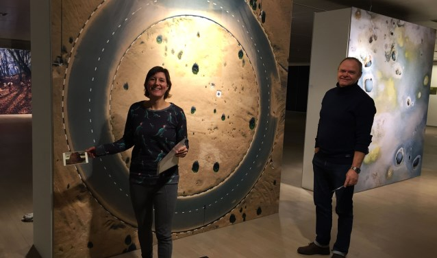 Antoinette Voogd en Cees Verboom tussen de enorme kunstwerken die volledig tot hun recht komen in de grote ruimte die het voormalige V&D pand biedt.