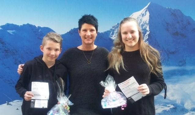 De winnaars van de prijsvraag namen de prijzen in ontvangst.