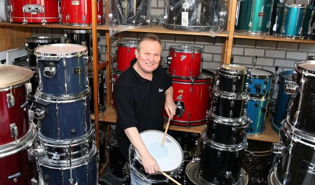 Het favoriete plekje van Peter Leo is de plek waar hij 2e-hands drumstellen repareert, stemt en verkoopt. FOTO: Theo van Sambeek.