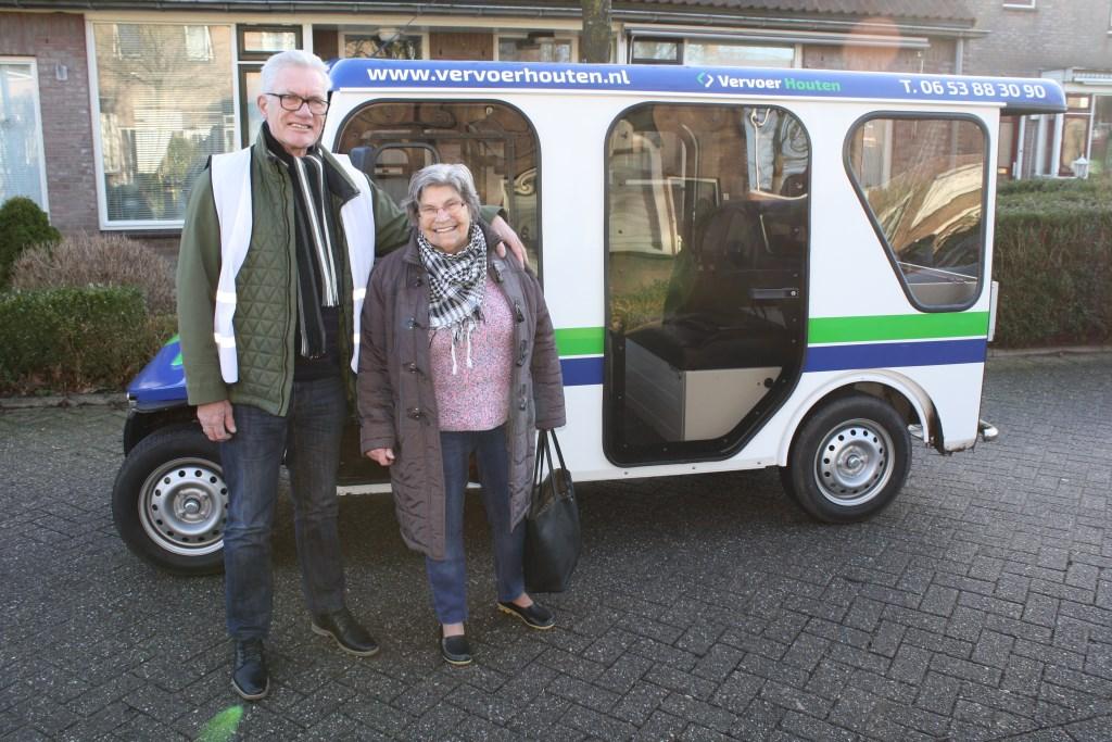 """Chauffeur Jan van Ginkel: """"Vervoer Houten heeft een groeiende klantenkring en rijdt van maandag t/m zaterdag. Zowel mensen met een U-pas als WMO-vervoerspas krijgen 50% korting op de ritprijs: € 1,25 in plaats van  € 2,50 per rit."""" www.vervoerhouten.nl Foto: Càrola Rietdijk Foto: Carola Rietdijk © Persgroep"""