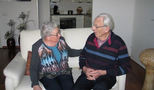 In huize Krösschell-Dompeling is veel ruimte voor humor. Het is geweldig om te zien hoeveel plezier het vrolijke echtpaar met elkaar heeft. Er is ruimte voor veel grapjes en kleine plagerijtjes. Hun oprechte liefde is zichtbaar in één oogopslag. FOTO: Corien Kraaijeveld