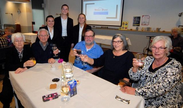 Manon, Veerle en Imke (staand) waren de initiatiefnemers van 'Hart voor Ouderen'. (foto: Tom Oosthout)
