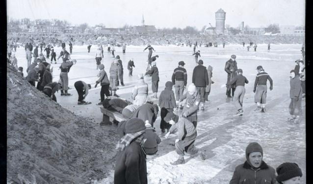 In 1956 met 12 graden onder 0 schaatsen bij de Zwolse IJsclub. (foto: Dolf Henneke, collectie HCO)
