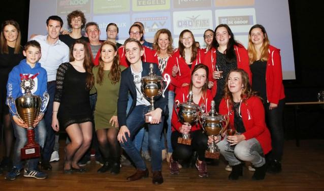Het presentatieduo Marcel Balkestein en Anne Meulendijks, met sporters die vorig jaar extra in de prijzen vielen. Foto: archief Theo van Sambeek