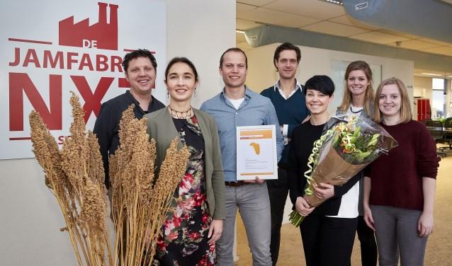 Anne-Marie Spierings (gedeputeerde provincie Noord-Brabant) reikt de maandelijkse Agrofoodpluim uit aan innovatieve ondernemers.