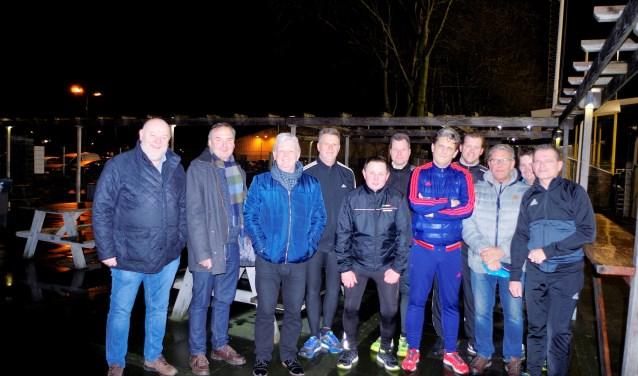 Leden van de organiserende commissie bijeen. In verband met het vijftigjarig bestaan van de Veenendaalse scheidsrechtersclub wordt op vrijdag 16 februari een feestavond in Renswoude gehouden. (Foto: Co Keulstra)