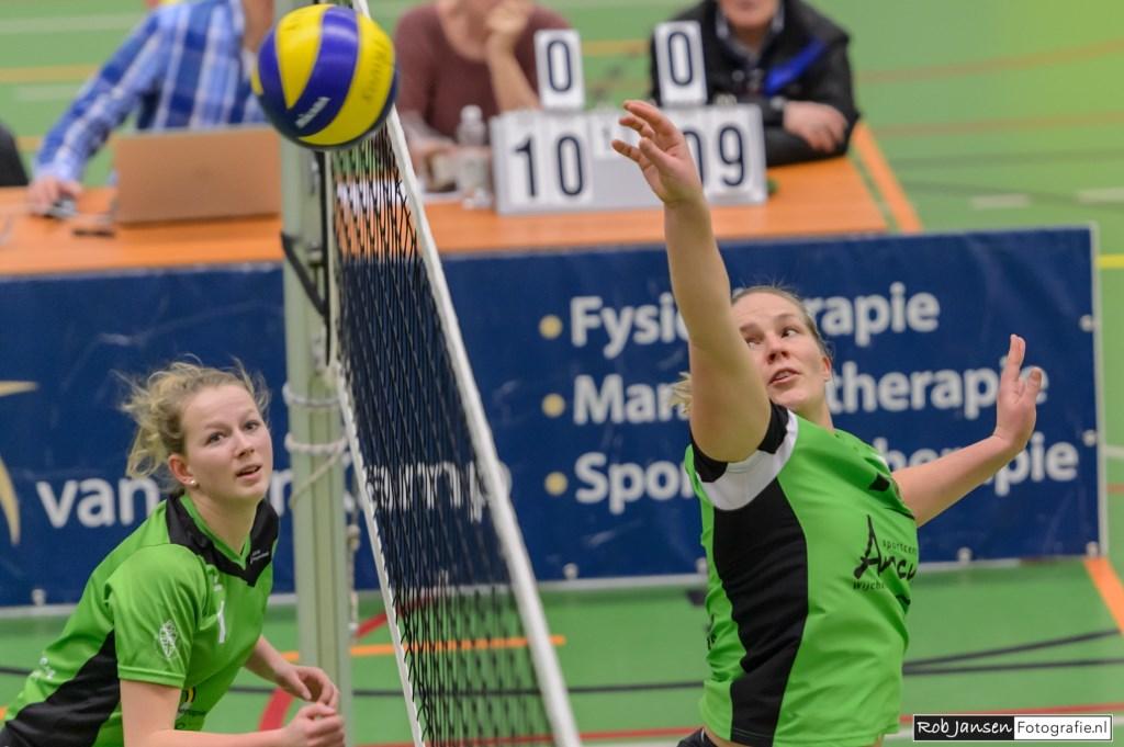 Hennie Visser plaatst de bal er in een keer over ('n Vissertje) (foto Rob Jansen)  © Persgroep