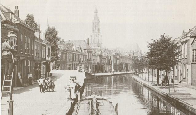 Een oude foto van het Oosteinde, links is de kant waar Henk nu over schrijft. Volgende week volgt de overkant.
