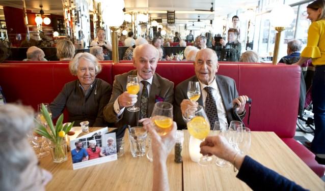 De heer en mevrouw Van Rossum en de heer Ravelligenoten zichtbaar van de lunch. FOTO: Babs van Geel