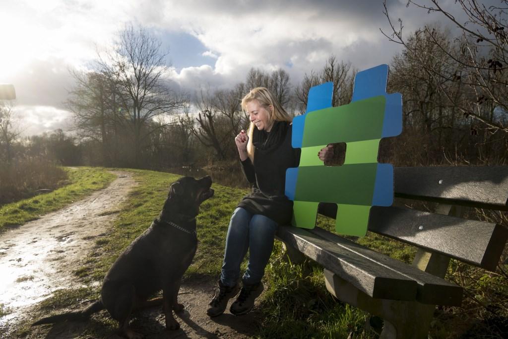 Saskia Jansen en haar hond Finn genieten van hun favoriete plekje aan de Kromme Aar.