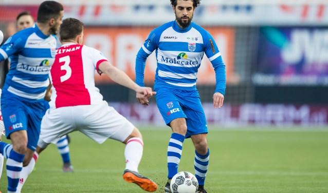 Youness Mokhtar zoekt de confrontatie met Joël Veltman in de met 0-1 verloren wedstrijd tegen Ajax, afgelopen zondag. (foto: Henry Dijkman)
