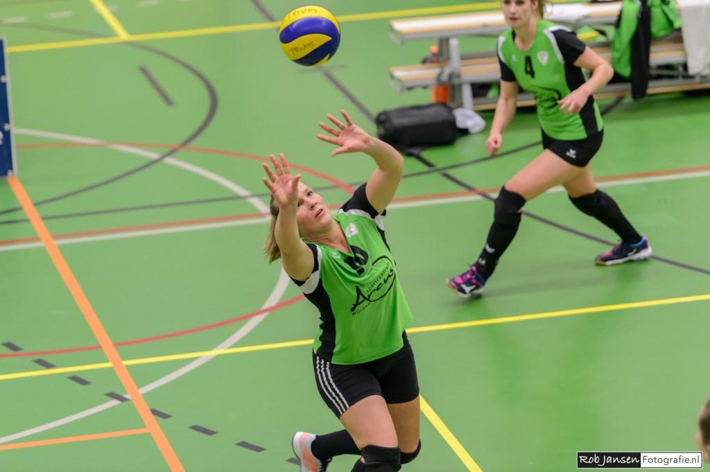 Hennie Visser levert op fraaie wijze een bal af op het midden. (foto Rob  Jansen)  © Persgroep
