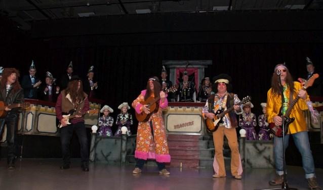 Tijdens de Pronkzitting werd door een vijftal hippies het Brommers Kieken aangekondigd. Op de foto Arie Lennon, Henkie Henrixs, Haske Dylan, Armand Puinhoop en Wimke Zappa.