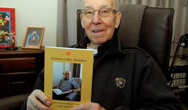 Lam Grutters (83) poseert trots met zijn boek. (foto: Tom Oosthout)