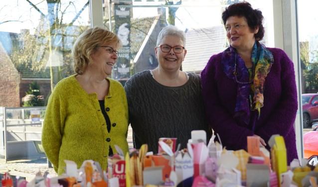 Expositie 'Uitpakken' laat onverwachte mogelijkheden van afval zien. Vlnr Elze van der Meer, Karin Bluijs en Sabine Beekelaar. Links het kunstwerk met de blauwe vlindertjes. FOTO: Ellis Plokker