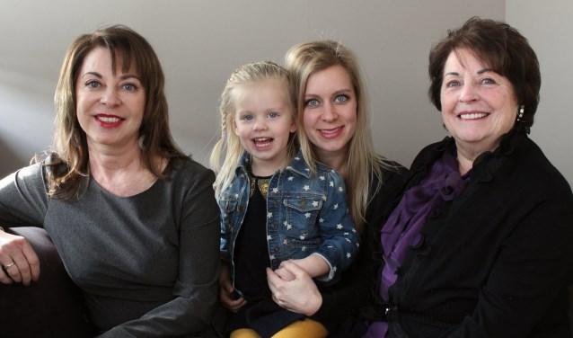 Jos Dolstra, dochter Dominique met (klein)dochter Jasmijn en (overgroot)oma Nelly, waarmee de vier generaties gepassioneerde dansers in IJsselstein begon. Er is een boek over te schrijven. (Foto: Lysette Verwegen)