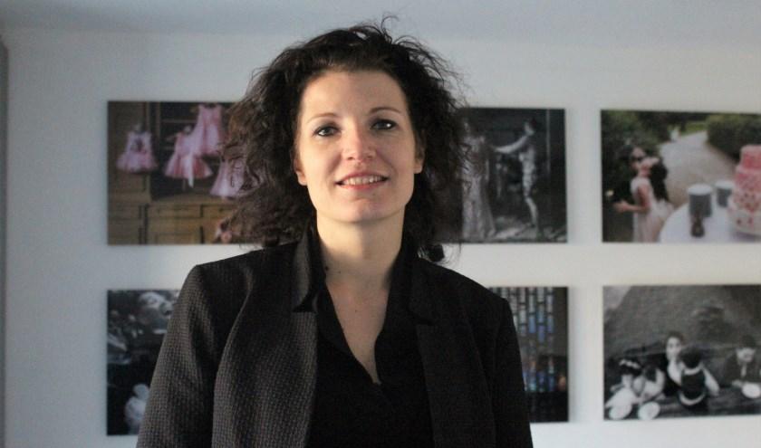 Isabelle Hattink met op de achtergrond een aantal van de door haar gemaakte bruidsfoto's (foto Annemarie van der Ploeg)