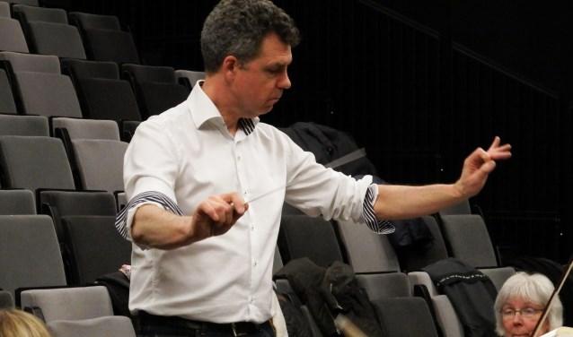 Dirigent Hans de Munnik tijdens een repetitie van het Nieuwegeins Amateur Symfonieorkest. Archieffoto: Meike Jongejan.
