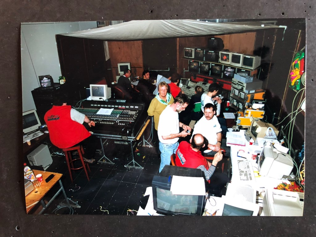 Vanuit de Brasserie bij het NAC stadion in Breda kwamen begin 2000 de uitzendingen van Baronie TV. De camera's gericht op de presentatietafel.  © Persgroep