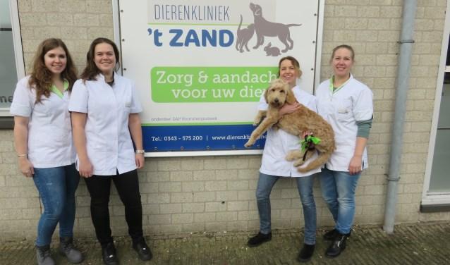 V.l.n.r: Fleur, Sanne, Janneke (met hond Loekie) en Kim. FOTO: John Beringen