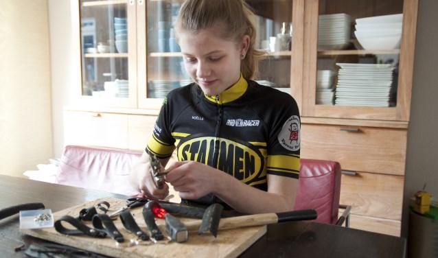 Noëlle de Jong heeft al veel sleutelhangers gemaakt van oude fietsbanden. Maar zij wil er graag nog veel meer maken.