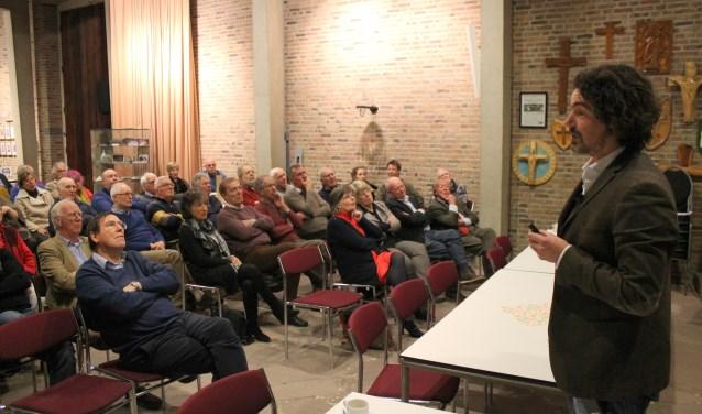 Dr. Helmer Helmers neemt zijn publiek mee naar de tijd van koning Frederik en het Koningshuis in Rhenen. (Foto: Marco Diepeveen)