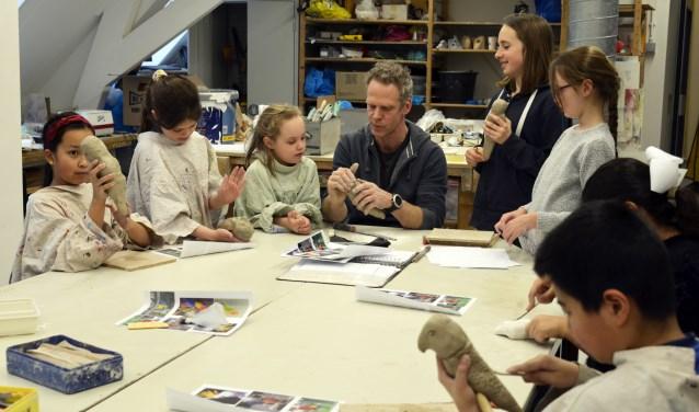 Deze kinderen werken met veel plezier in het Jeugdatelier voor 6 tot en met 10 jaar. Er zijn ook een atelier voor kinderen van 10 tot en met 12 jaar, een Jongerenatelier voor 12- tot en met 18-jarigen en lessen beeldend voor volwassenen. Kijk voor verdere informatie op de website van het CKB.