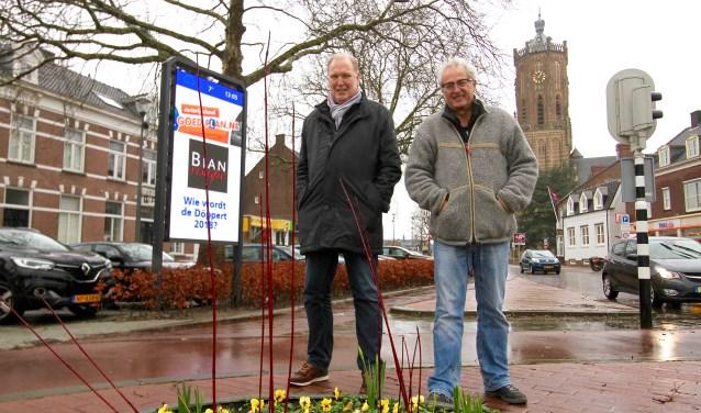 Voorzitter Paul te Wierike van het Centrum Management Elst (links) en Coen Hoogveld zijn blij met de informatiezuil aan de kop van het centrum. Daarop kan belangrijke informatie geprojecteerd worden. (foto: Kirsten den Boef)