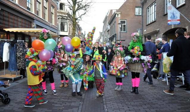Foto: De Wageningse carnavalsverenigingen hielden zaterdagmiddag een kleurrijke en smaakvolle optocht. (foto: gertbudding.nl)