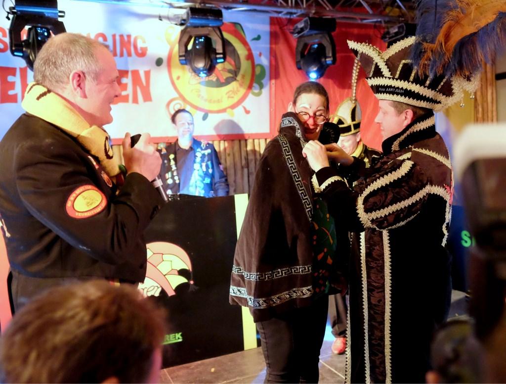 Annette wordt tot Prinses carnaval geridderd door Prins Aart.  © Persgroep