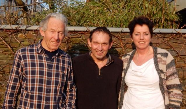 Frans van Schaik (l), Kobus Schellevis en Jannette  Beekhof (verzorgster). FOTO: Asta Diepen Stöpler.