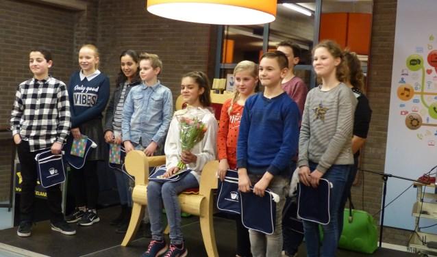 De tien voorlezers van de derde ronde op het podium in het Bieblab van de bibliotheek. Foto: Hermien Keppels