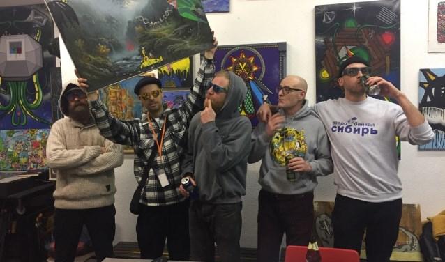 Bijna elke vrijdagavond ontmoeten de mannen van Lastplak elkaar in hun atelier aan de Mathenesserweg in Rotterdam-West. Om te sparren, bier te drinken en na te denken over toffe projecten.  (Foto: Leanne Sneep)