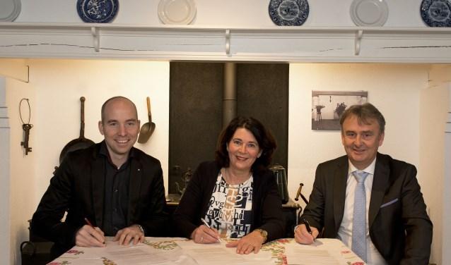 Jean-Paul van den Tillaar (eigenaar Bruna Veldhoven), Dorine Prinsen (directeur de Bibliotheek Veldhoven) en Theo Aaldering (bestuur Museum 't Oude Slot) ondertekenen het samenwerkingscontract van het Literair Café Veldhoven. FOTO: Willem Binnendijk.