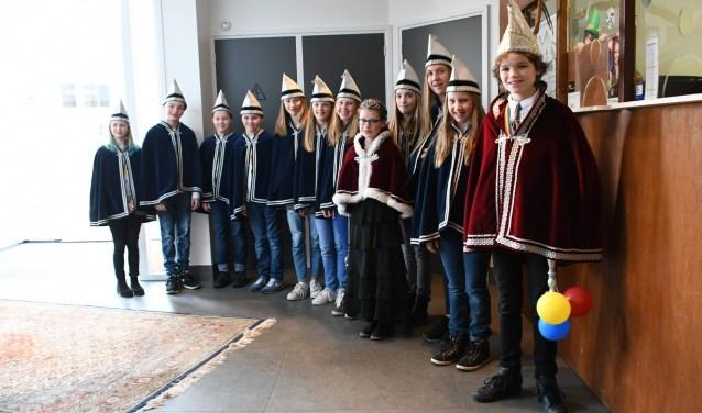 De jeugdraad van 't Schutlaken, Eefke staat in het midden met rode mantel. (Foto: Henk van Koolwijk)