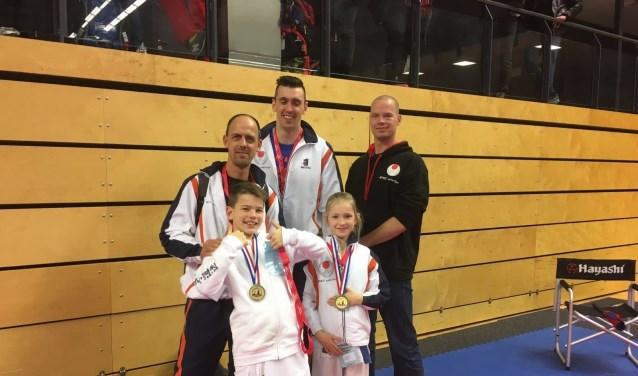 Van links naar rechts: Jay, Mila, Marcel en de coaches Wim en Robbin. (foto: pr)