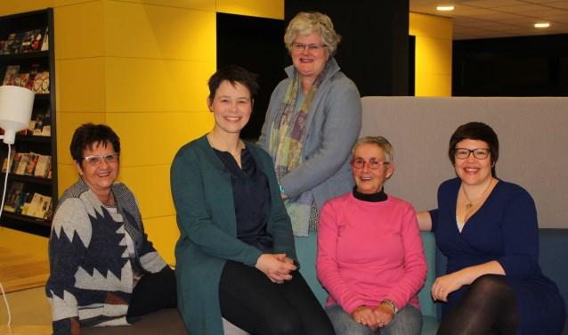 Liesbeth Thijsen, Els Kooij, Alie Tigchelhoff, Liseth Oosterbroek en Sarah Zandstra nemen in ieder geval deel aan de Verkiezingsbijeenkomst voor vrouwen op 6 maart, waar uiteraard ook mannen welkom zijn. (Foto: Lysette Verwegen)