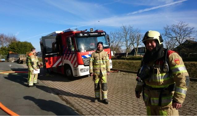 Bevelvoerder en oefencoördinator Leon Bos (rechts) en chauffeur en pompbediende Wilco van Eijk (midden) zien uit naar het moment dat de nieuwe TAS (achter) officieel in gebruik wordt genomen. (Foto: M.A. de Kruif)