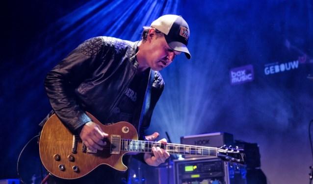In 2017 was Gebouw-T de locatie voor de uitreiking van de SENA Guitar Awards, die dat jaar naar gitarist Joe Bonamassa ging. Deze wereldster bracht daarmee een bezoek aan Gebouw-T, en deed een uniek optreden in het poppodium. In 2018 is de SENA Guitar Award weer in Gebouw-T. FOTO: MERIJN SITSEN