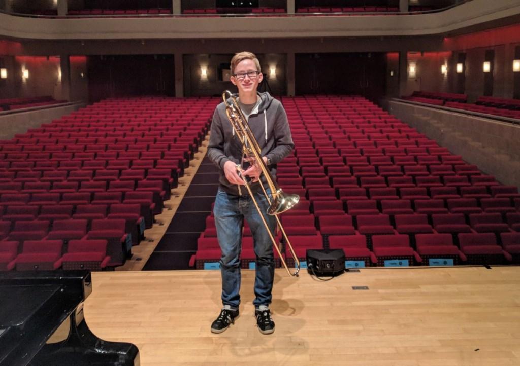 Tim Ouwejan poseert in de nog lege  Wilmersbergzaal van Muziekcentrum Enschede.