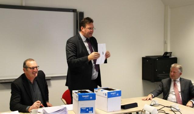 Burgemeester Breunis van de Weerd verricht als voorzitter van het Centraal stembureau de loting voor de lijstnummers voor de verkiezing voor de gemeenteraad. Foto Dick Baas