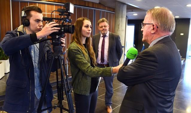 Wethouder Peter Drenth en wethouder Jos Sluiter vertellen voor Regio 8 over project Zomer Ondernemer voor jongeren. (foto: Roel Kleinpenning)