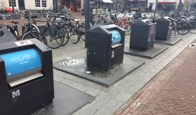 Containers voor verschillende soorten afval maken afvalscheiding in de binnenstad mogelijk. FOTO: FEMKE VEGT