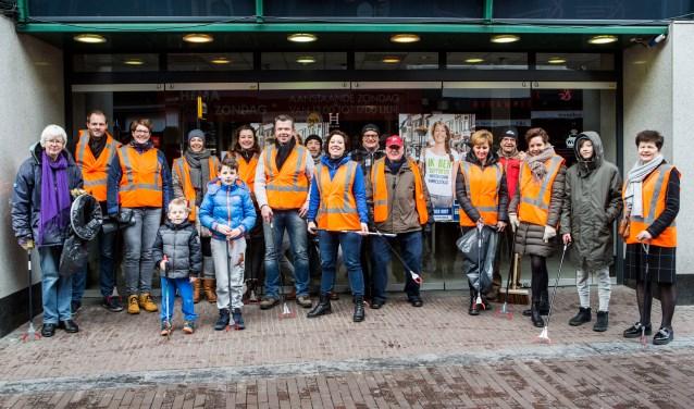 Ondernemers van Wageningen ruimen gezamenlijk centrum op.(foto: Cees Beumer)