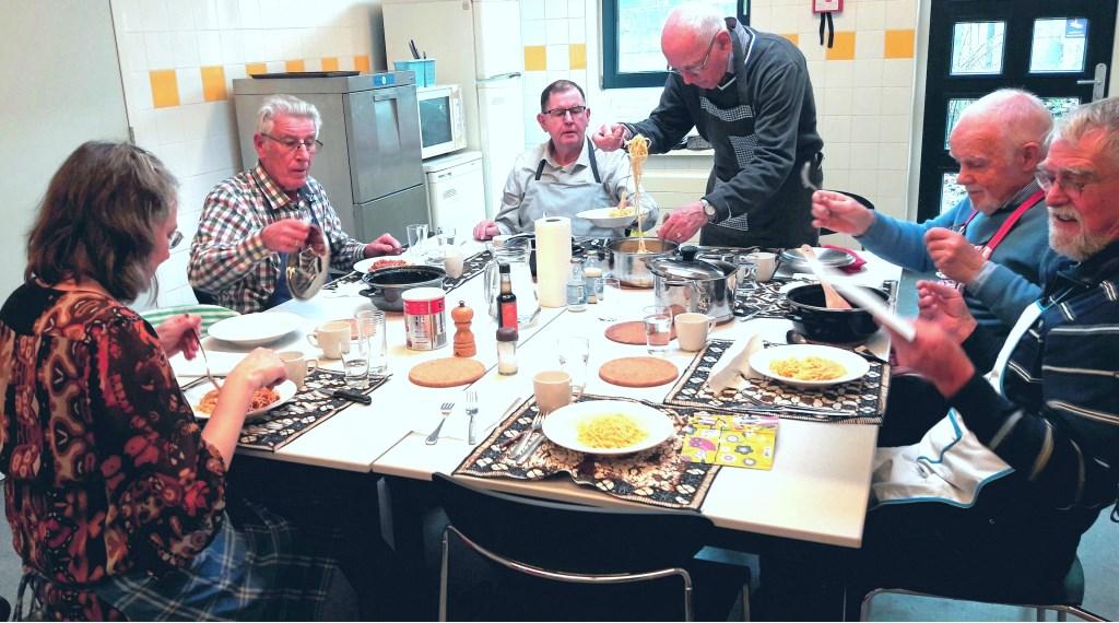 De tafel is gedekt, de maaltijd is gereed en er staat ook een bordje klaar voor de verslaggever. Opscheppen maar.